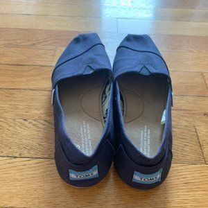 WOMENS TOMS SIZE 8!